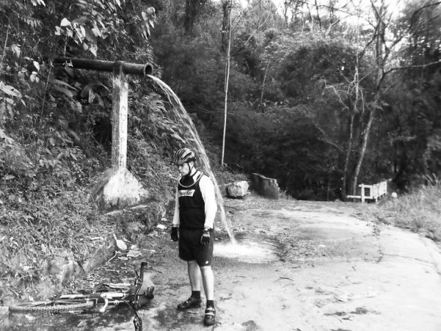 Christian Sá se recuperando de um pedal por estradas de terra em Redenção da Serra